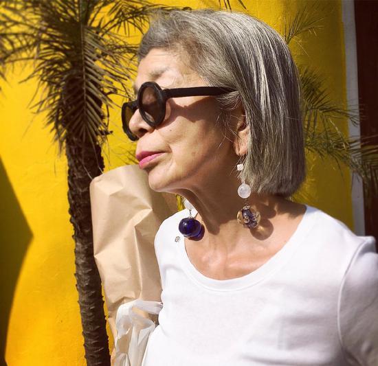 60岁老太太靠日常穿搭走红 一张照片获8000万点赞